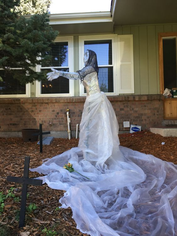 a scary ghost made of white tulle, wire, black tulle will turn your yard into a Halloween oneM