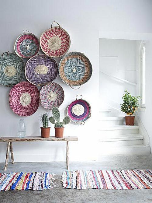 colorful wicker baskets and matching rugs to decorate the entryway