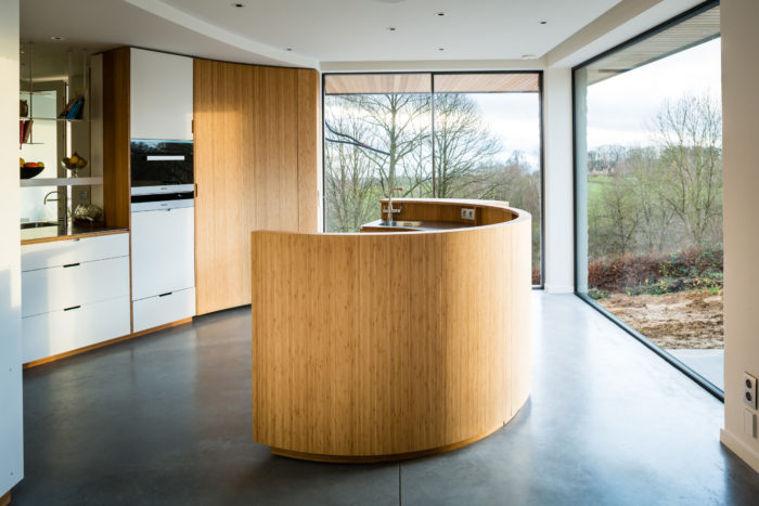 Practical Vibrant Kitchen With Minimalist Cabinets