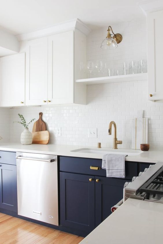 brass is the main metal here, it gives a chic touch to the kitchen but there's also stainless steel