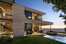 03 The circulation area is positioned on one side of the house and has glass walls that open it to the yard