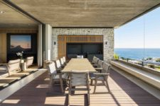06 The dining area has a glazed facade that invites a panoramic view of the sea inside the house