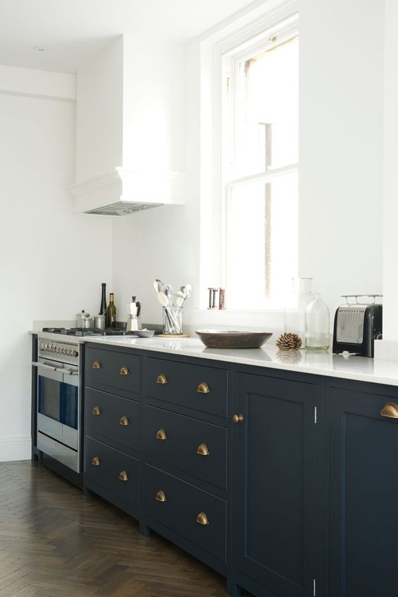 brass handles make the cabinets stand out and a stainless steel cooker looks not so bold