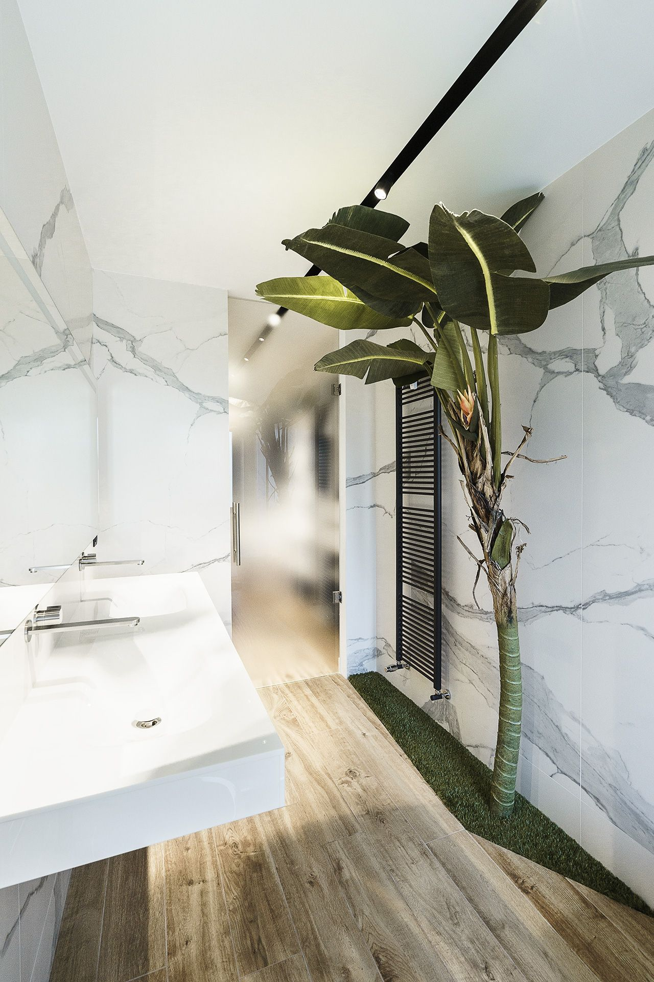 The banana tree is a whimsical addition to the bathroom