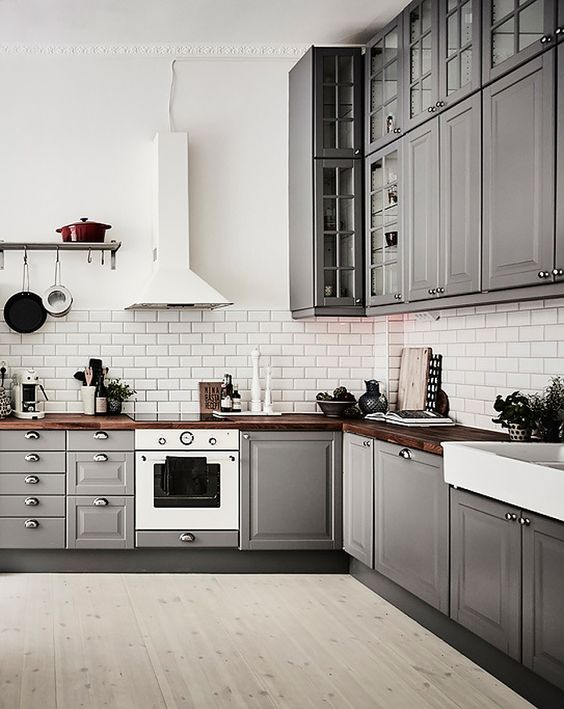 a vintage grey L-shaped kitchen for a large open layout, which looks more spacious cause of no dividers
