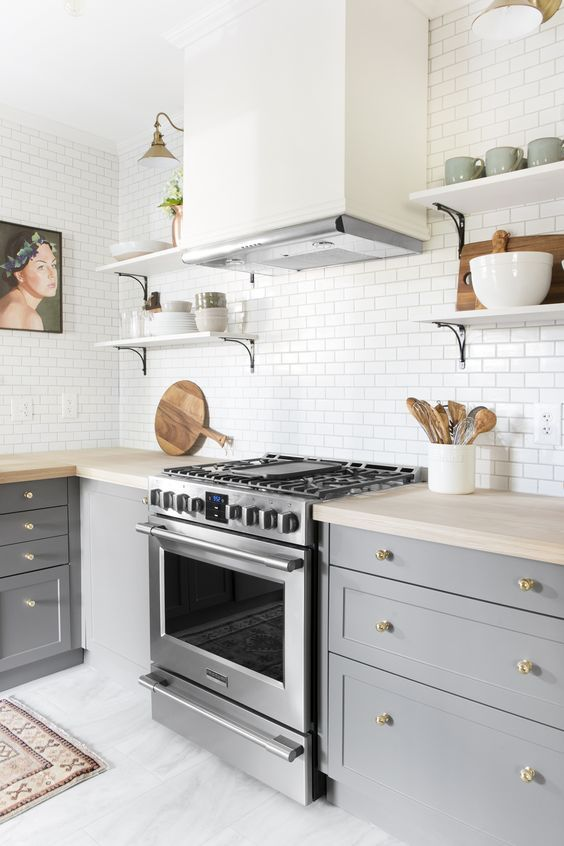 a stainless steel cooker is the main piece here, and brass touches just assist