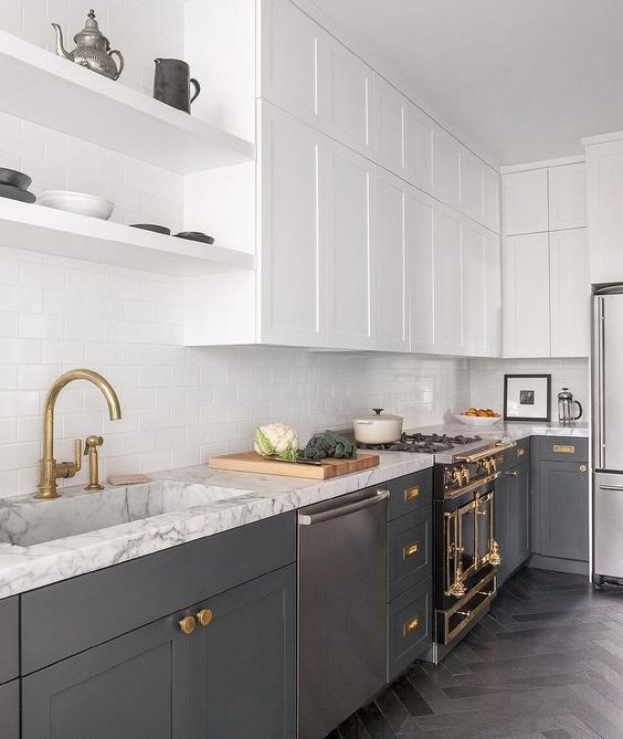 white suspended cabinets and grey ones create a chic conctrast and the kitchen looks bigger and more ethereal