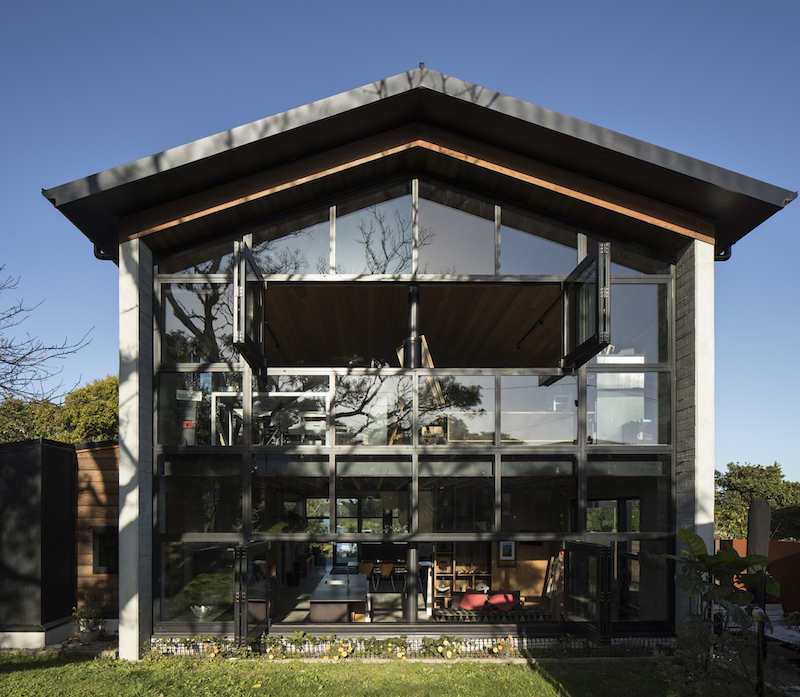 This house with a fully glazed facade is organized like a central space with some platforms around