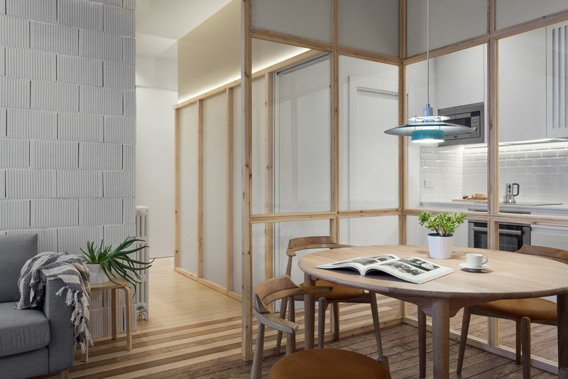 One of the most creative features is glass partitions with wooden framing that separated the dining zone and the kitchen