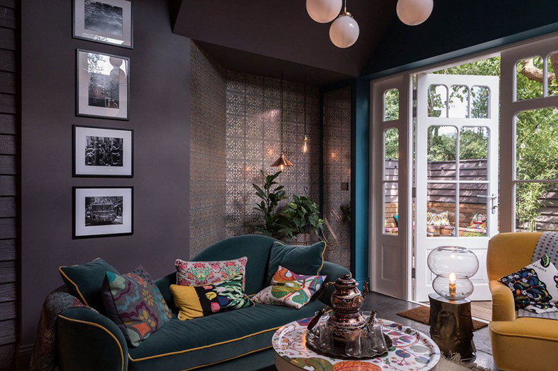 Every corner of every space is paid attention and looks cool and chic, for example, this cool nook with a potted plant