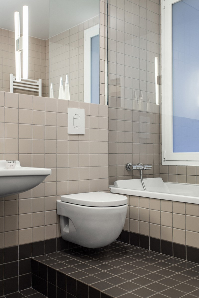 The bathroom was done with tiles of two matching yet contrasting shades   beige and dark chocolate