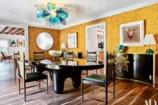 05 The dining space is decorated in black, yellow and with turquoise touches