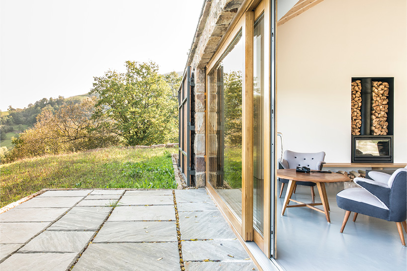 The interior is relaxing, natural and refined, there's a huge contrast between the outdoor and indoor space