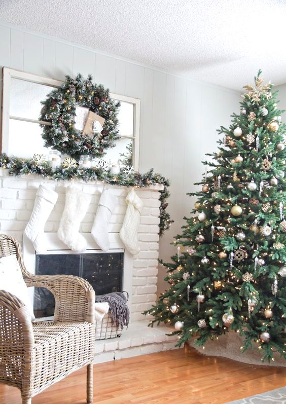 25 mixed metals christmas decor ideas digsdigs for Mixture of gold and silver