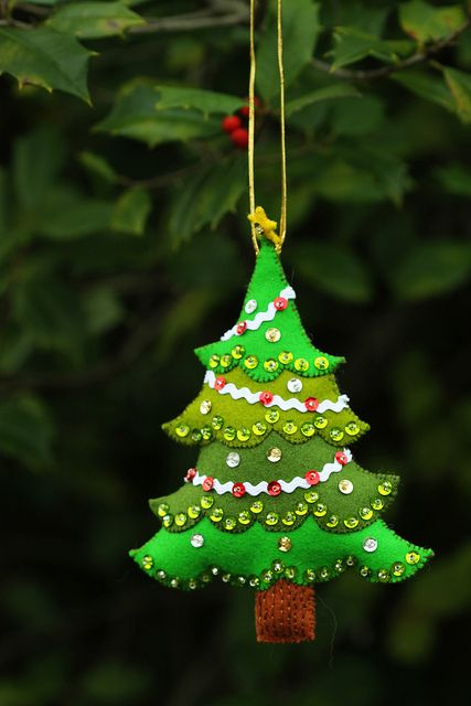 a felt Christmas tree ornament in different shades of green and with sequins can be DIYed