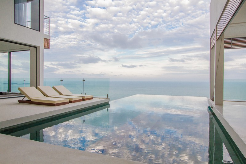 The main eye catcher is of course a large infinity edge pool outdoors that merges the pool, the sky and the sea