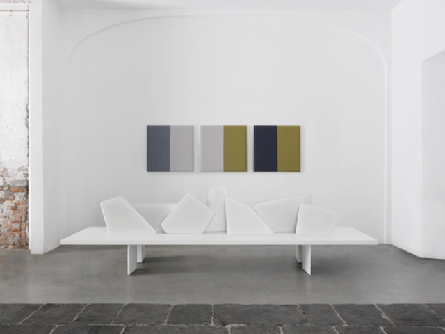 The bench is upholstered with artificial leather, and you can choose from a variety of colors, pay attention to blues and whites for a frosty look