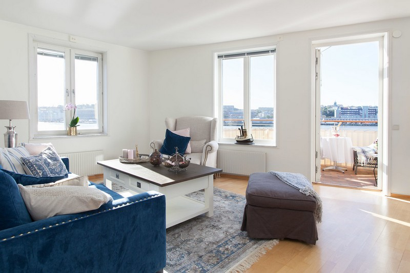 White walls, wooden floors and touches here and there are the Nordic features, while blue shades are inspired by the river views