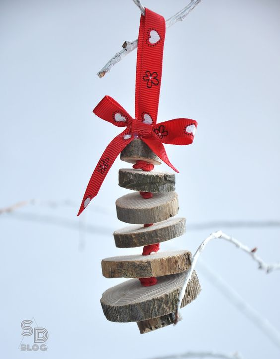 a cute wood slice Christmas tree ornament with red ribbons is easy to make in some minutes