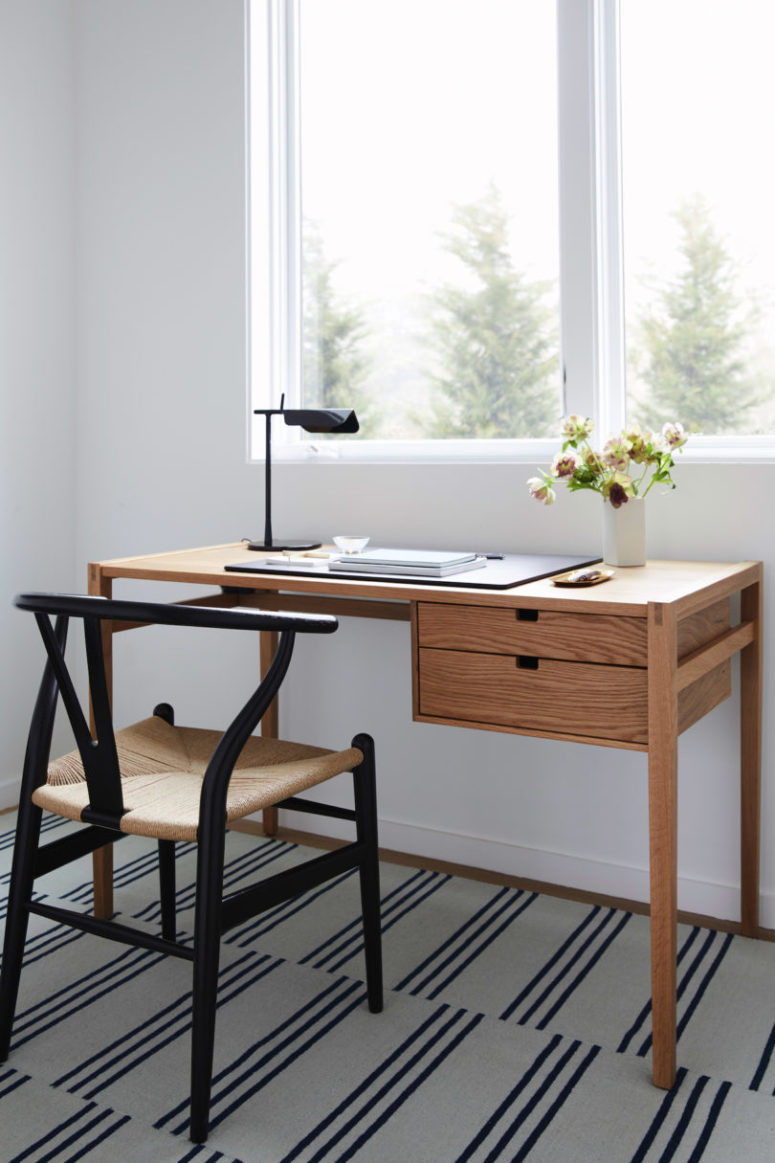 The working space is done with a small wooden desk and a chair, there's much light here