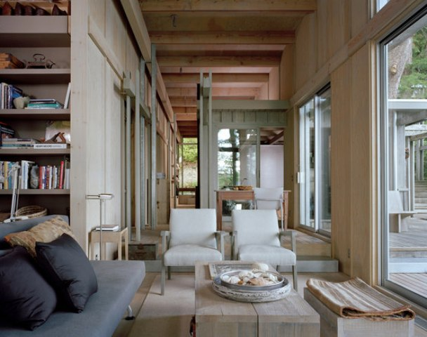 The spaces inside subtly flow from one into another and look very relaxing and harmonious