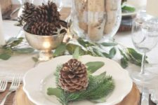 12 wood slices, pinecones, tree branches and boxwood balls for a rustic look