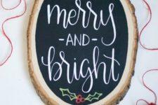 15 a chalkboard wood slice Christmas sign with mistletoe decor