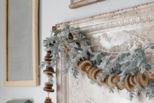 25 a wood slice garland looks very rustic and festive, it's raw and very natural