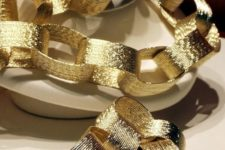 26 a shiny gold chain garland for a glam and glitz New Year party