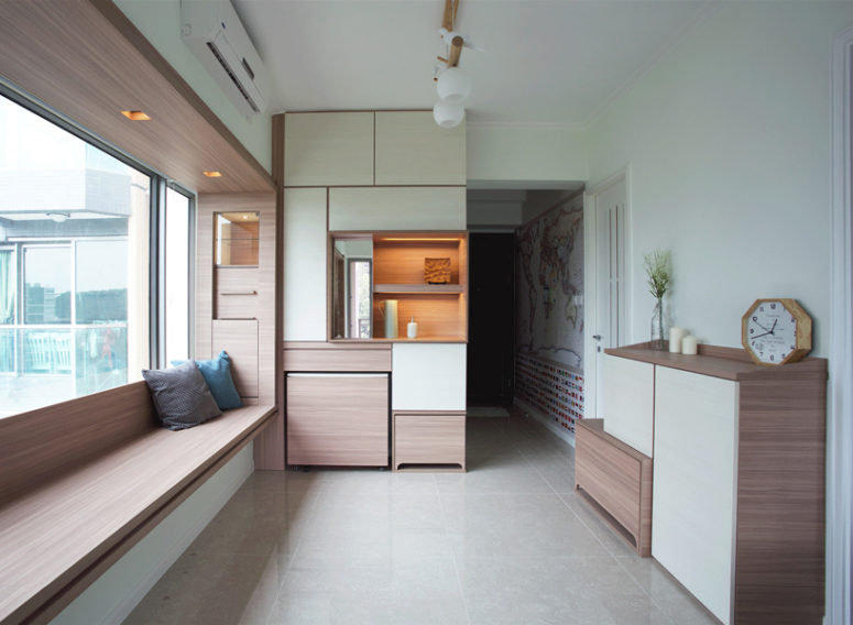 The living room comprises a dining room and a working space, all that thanks to the practical transformable furniture piece