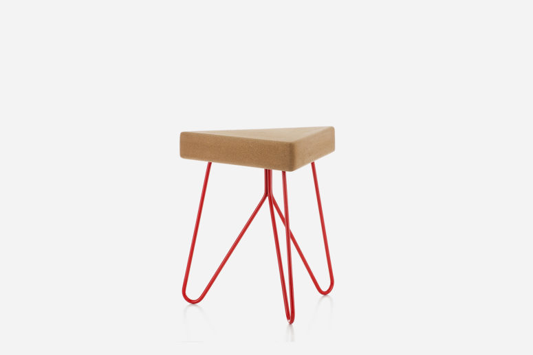 The triangular seat is made of cork, and the colored powder coated steel legs hold it in a stable way
