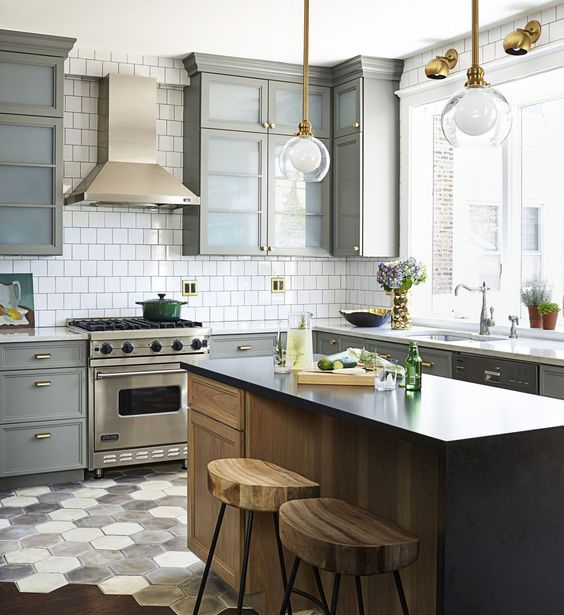 stainless steel mixed with brass touches and with a chic floor transition