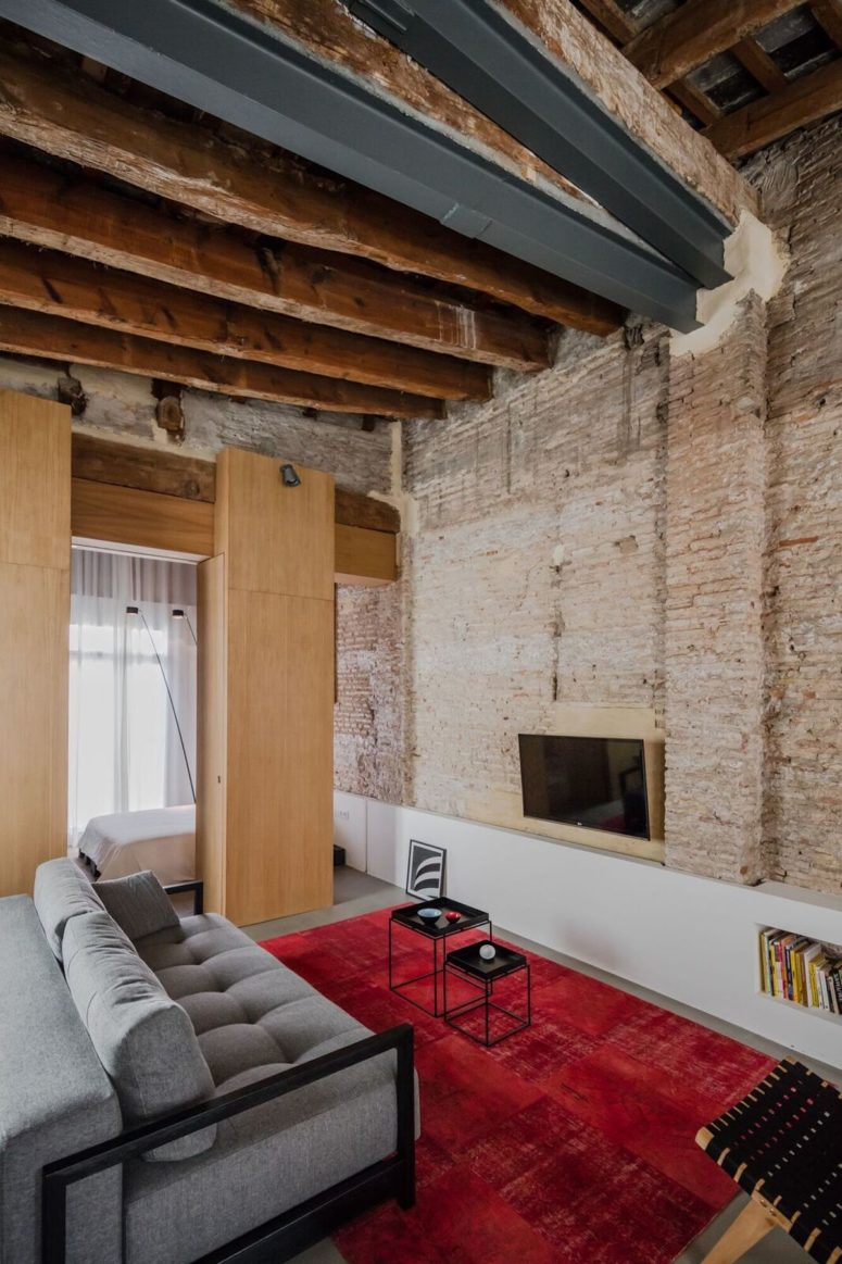 Exposed brick and the original ceiling with the roof were kept and highlighted