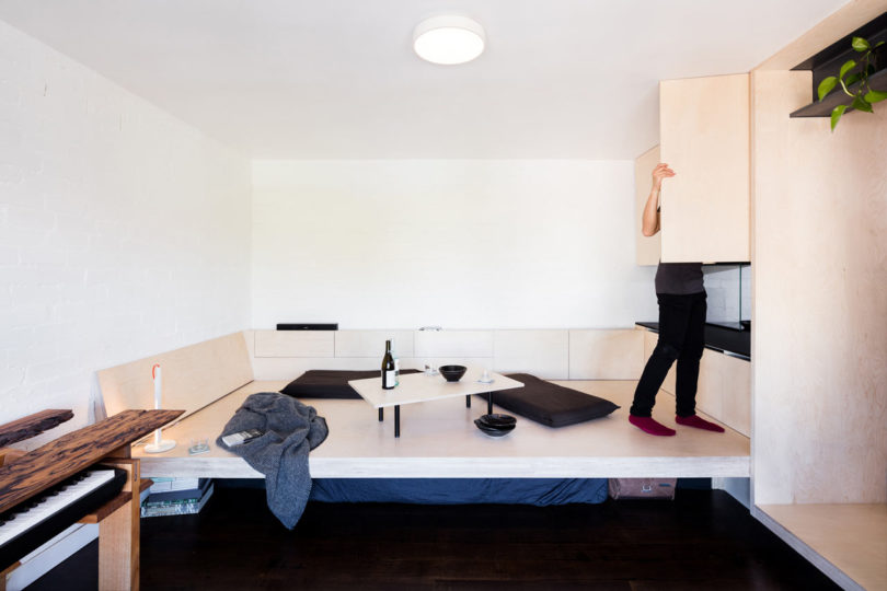 The sleeping space can be transformed into a lounge, and the storage is placed under the bed and in the cabinets next to the bed