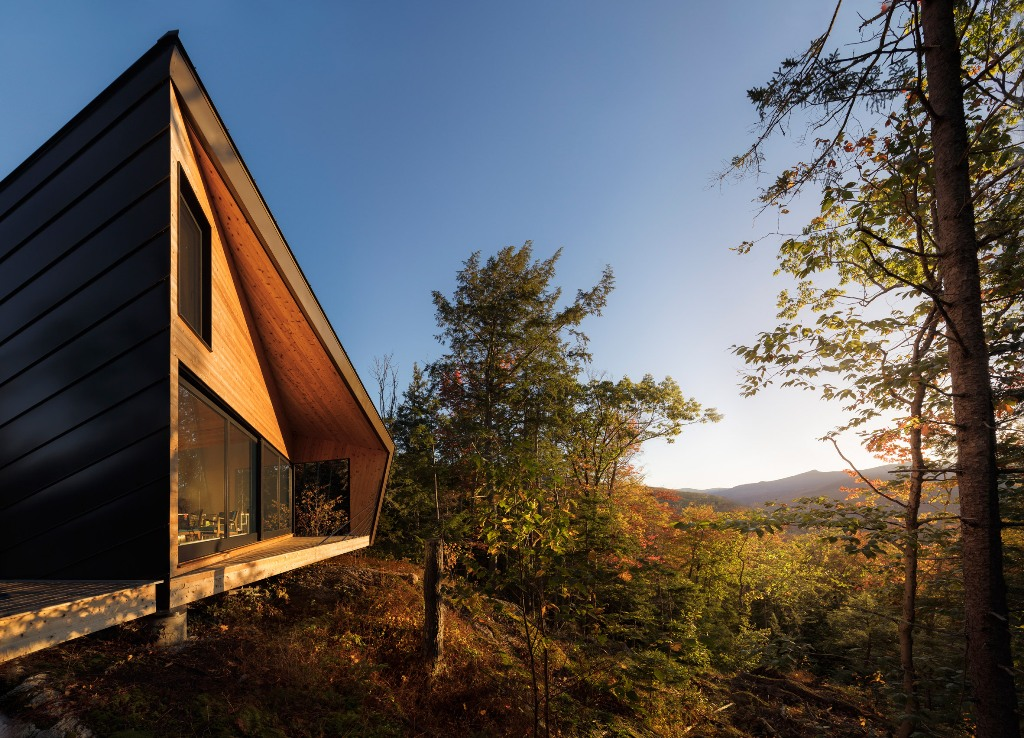 The strong geometry make it stand out and adds style to the exterior, while hinting on the strict minimalism inside