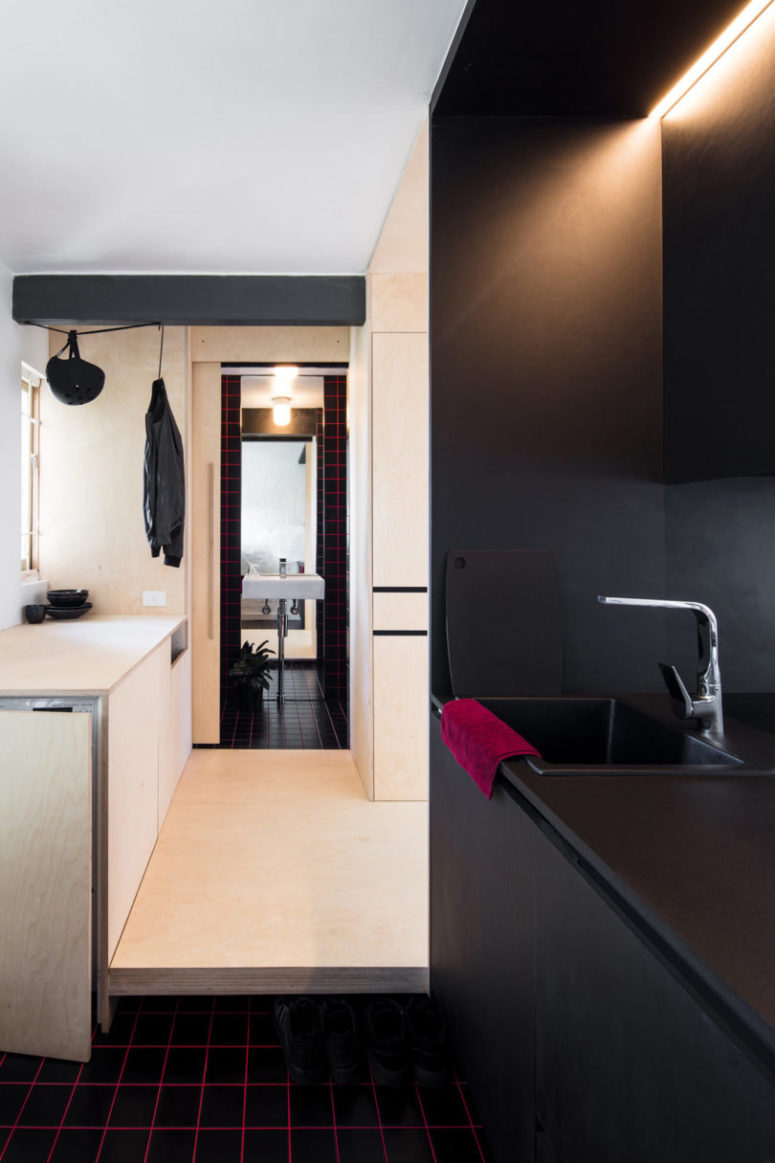 Black surfaces combined with light-colored plywood are a great idea for creating a stylish and contrasting space