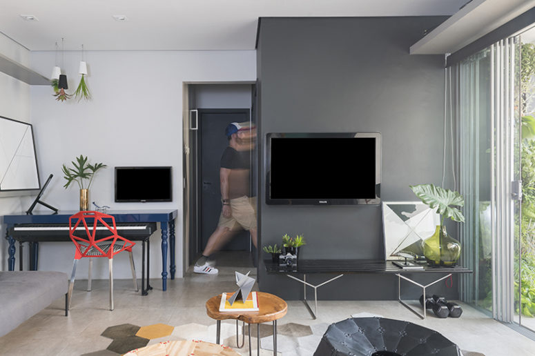 Multi-functional room with hybrid pieces that can be relocated according to necessities