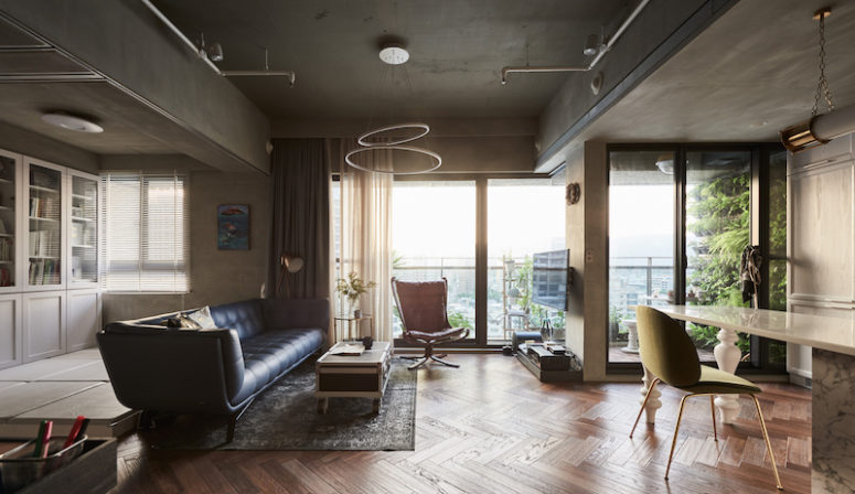 The living space is a comfortable one, with eye-catchy colored furniture and an interesting chandelier