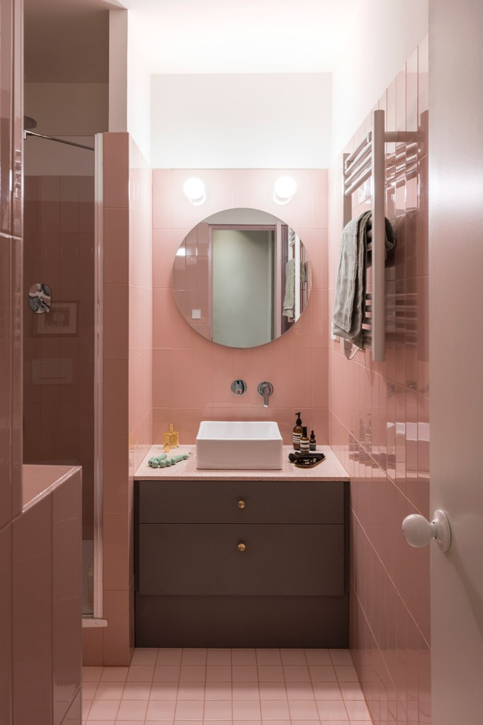 The bathroom is also done in pink, with pink tiles and with some neutral and grey touches for a contrast