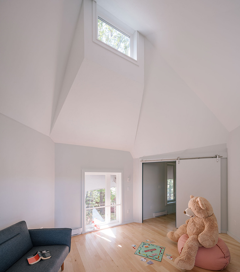 The house is filled with light and is comfortable for every generation, while the decor is modern and very simple