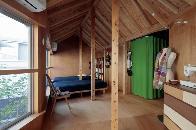 The bedroom on the upper floor is also clad with wood, there are beams and wooden furniture, plus a view on the garden