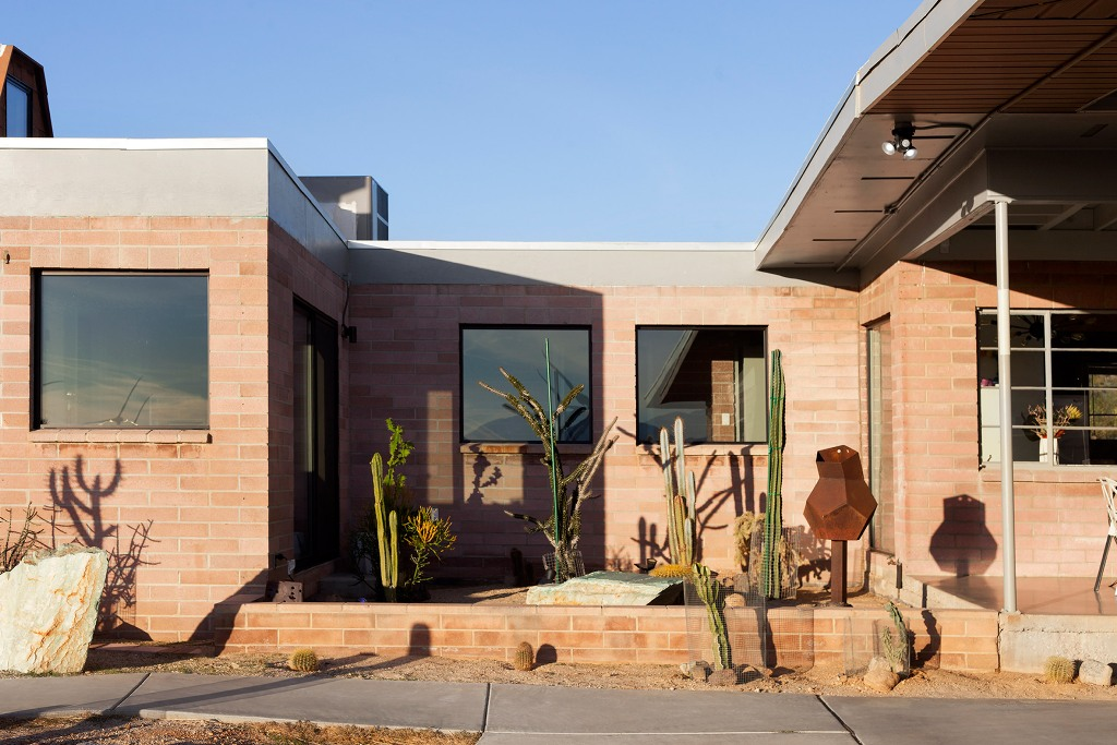 The outdoor space is done with geometric details and cacti