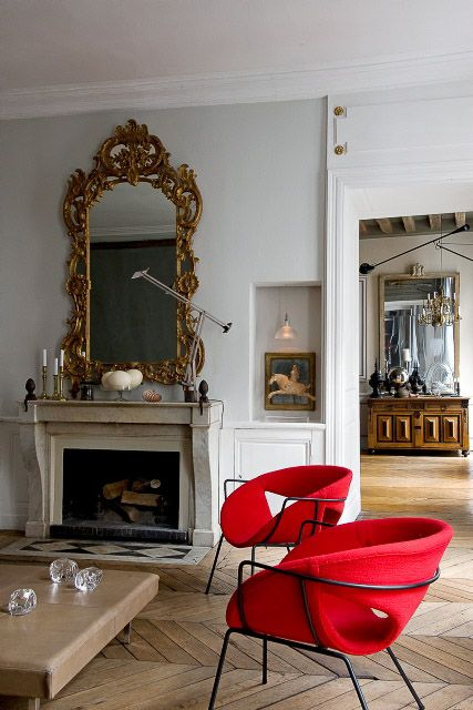 vintage art and a mirror in a refined gilded frame make the space exquisite and eye-catchy