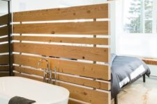 04 such an uneven wooden screen makes both the bathroom and bedroom more private and is a decor feature itself