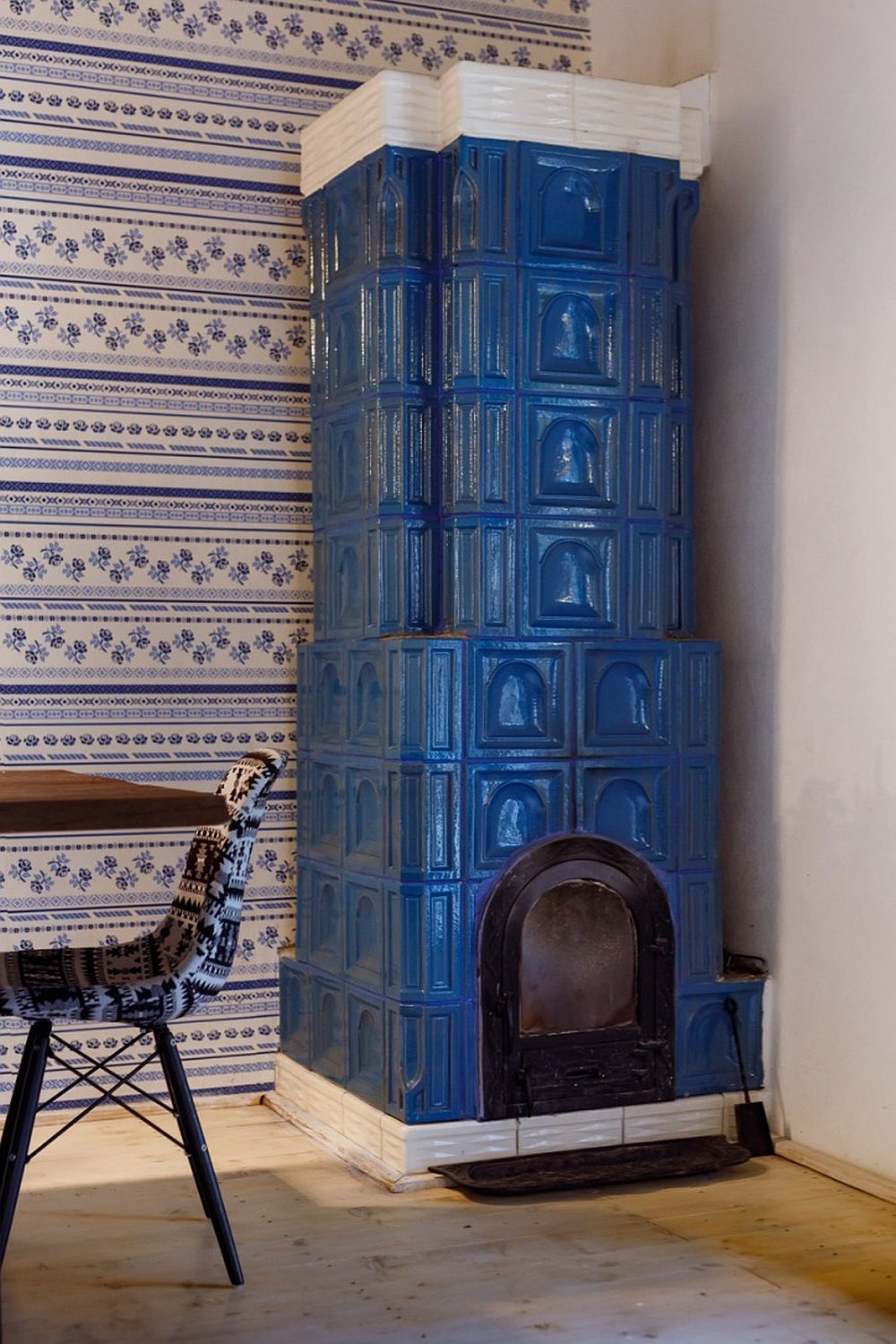 Here you'll see another vintage hearth painted bold blue, which adds coziness to the space