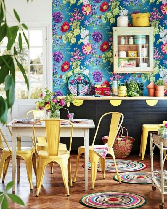 such gorgeous floral print wallpaper adds color and prints to the space and create an ambience