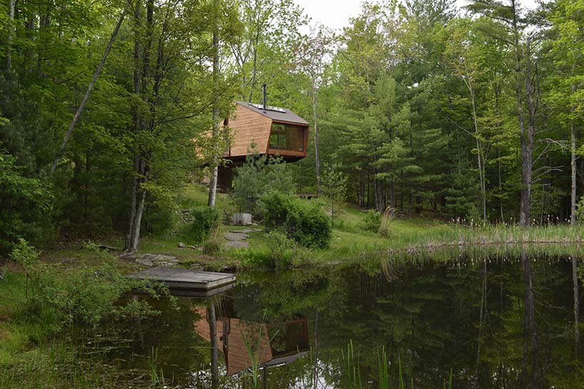The house is elevated and touches the ground only in three points, it overlooks the lake