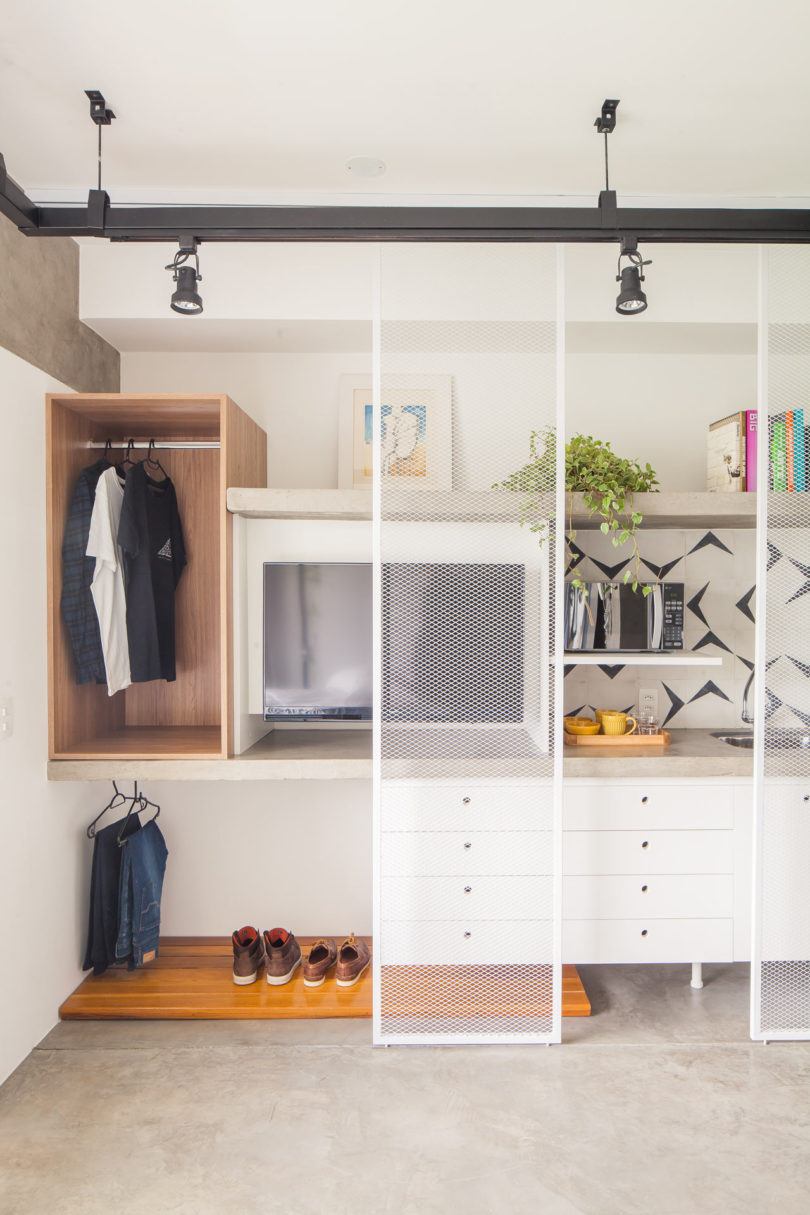 Such mesh sliding doors separate it from the sleeping zone yet do it in an airy way to avoid making the space smaller
