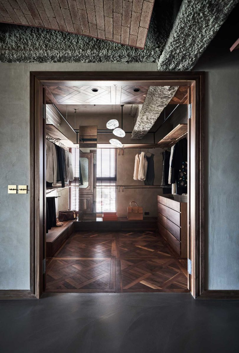 The closet is done with pipes and lots of wood, which makes it comfortable and welcoming