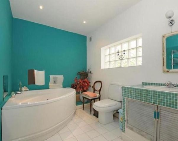 Two Walls Painted Turquoise Make The Bathroom Brighter And Cooler Create A Mood